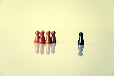 la imagen muestra un peón fuera del grupo cerrado de otros peones