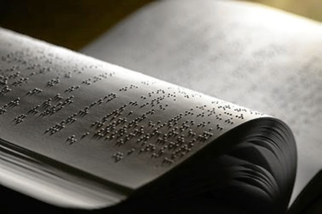 muestra un libro braille abierto por el centro