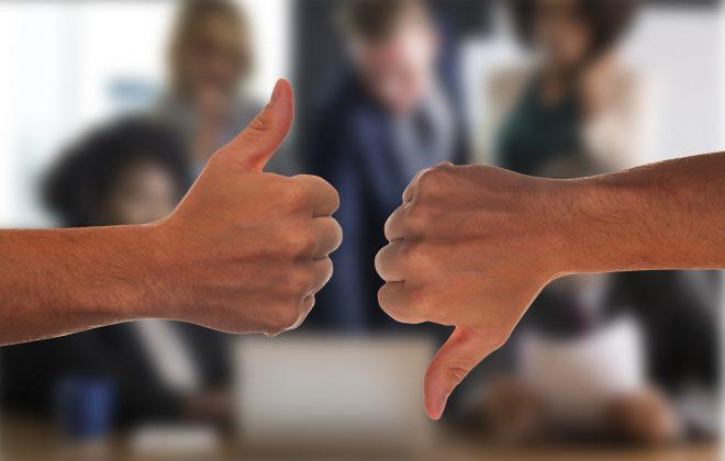 La imagen muestra una mano con el pulgar hacia arriba y otra hacia abajo