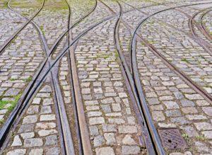 la imagen muestra cuatro railes de tranvía que se cruzan