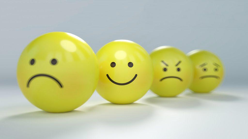 emoticonos con diferentes emociones en la cara