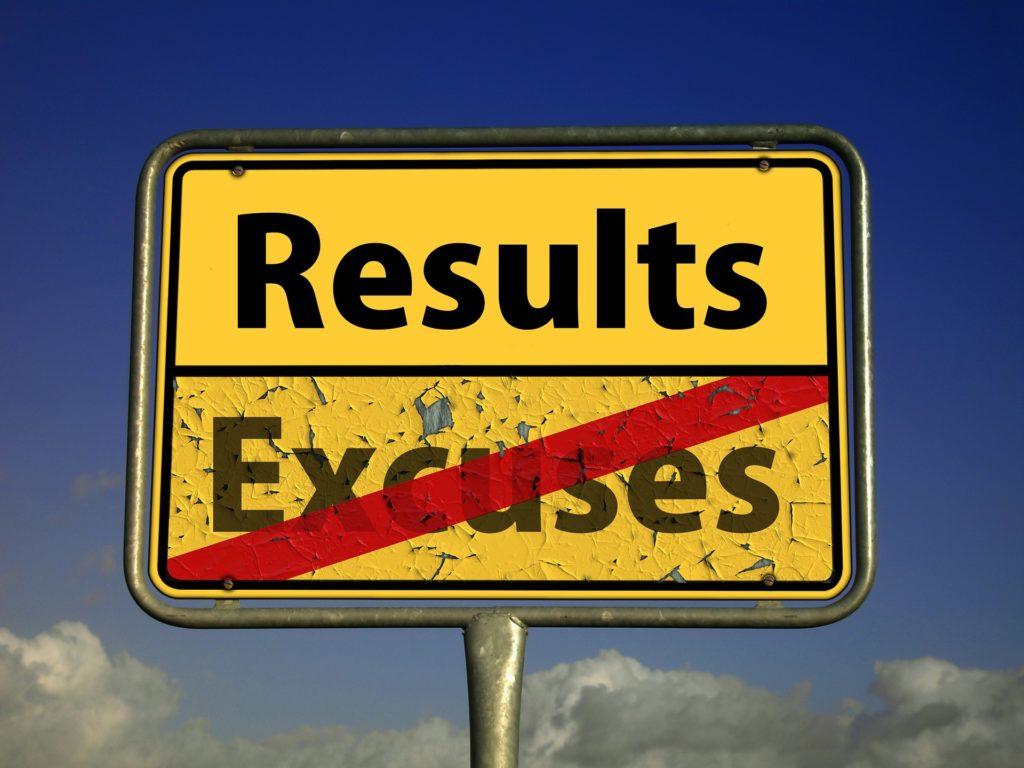 imagen con un cartel que muestra la palabra results y tacha la palabra escuses