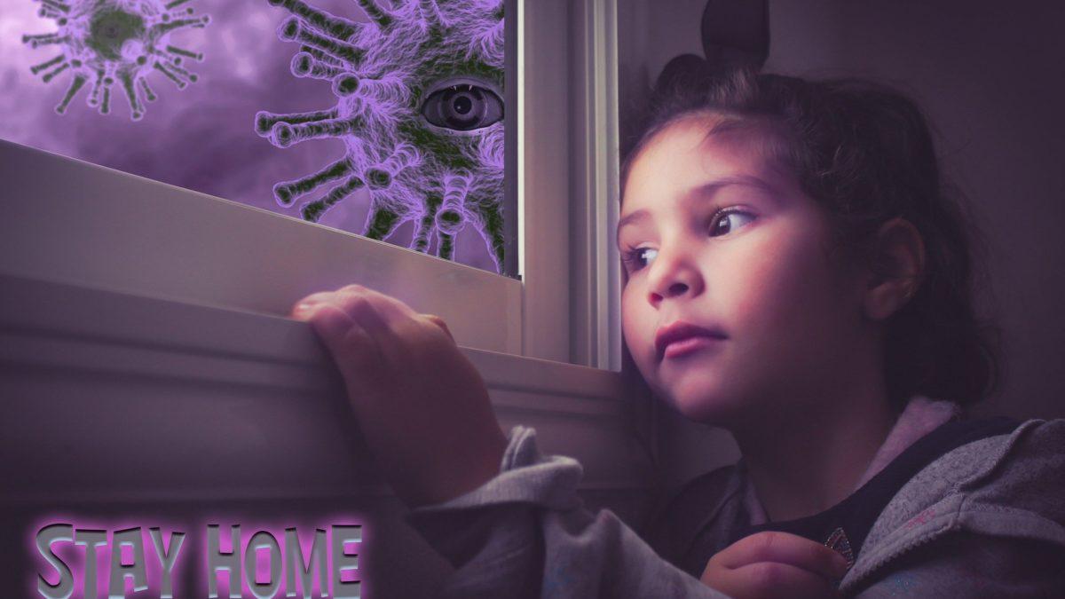 chica en la ventana y fuera el virus flotando en el aire