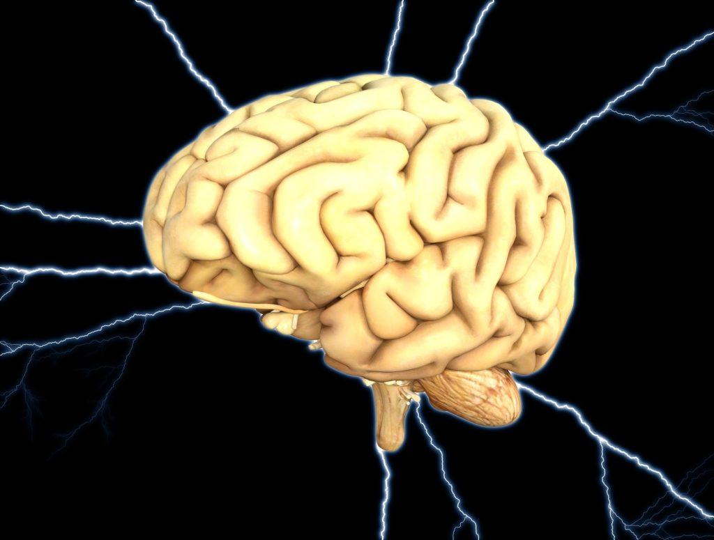 imagen de un cerebro con rayos de energía